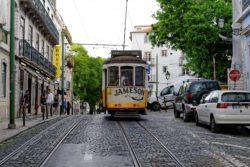 Gehört in Lissabon zum Programm: Eine Fahrt mit der Tramlinie 28 (Foto: Pixabay)