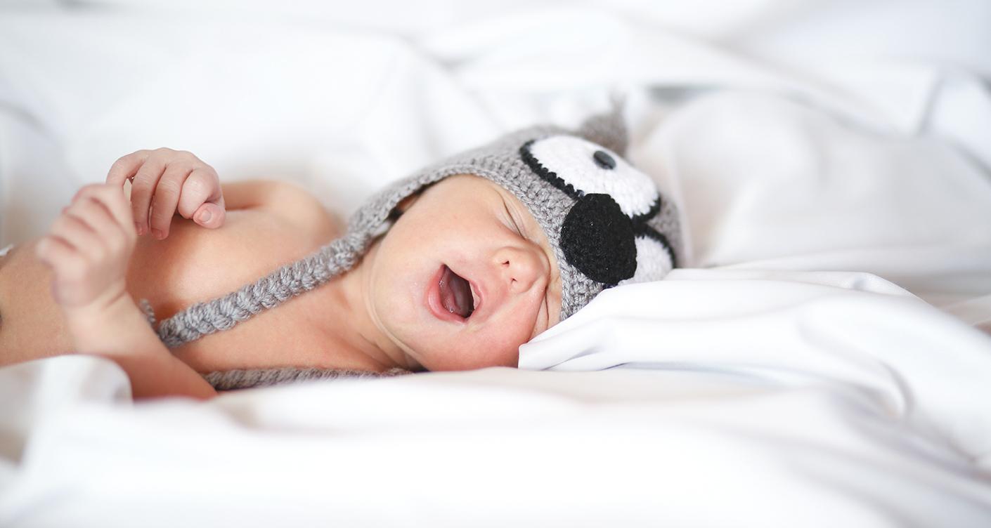 Kind mit Baby im Bett