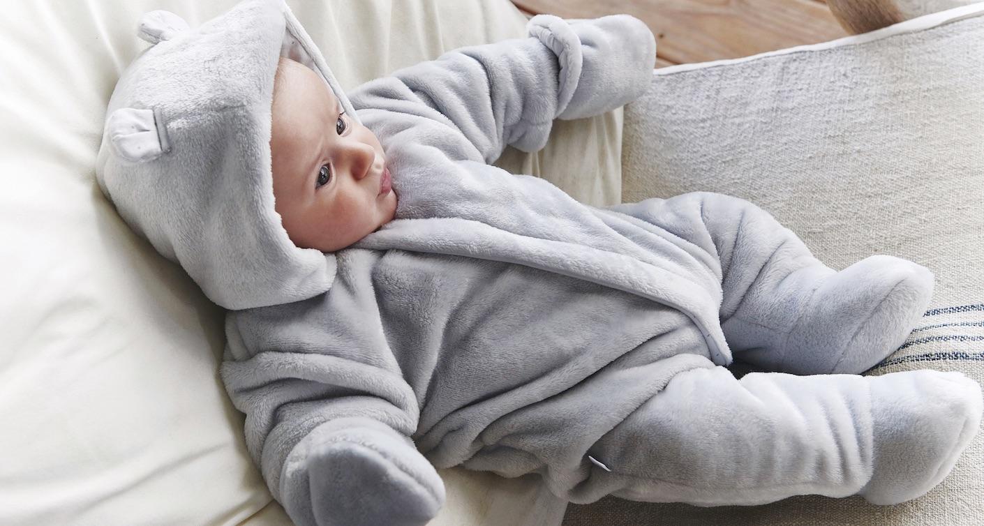 Baby mit Babyoverall