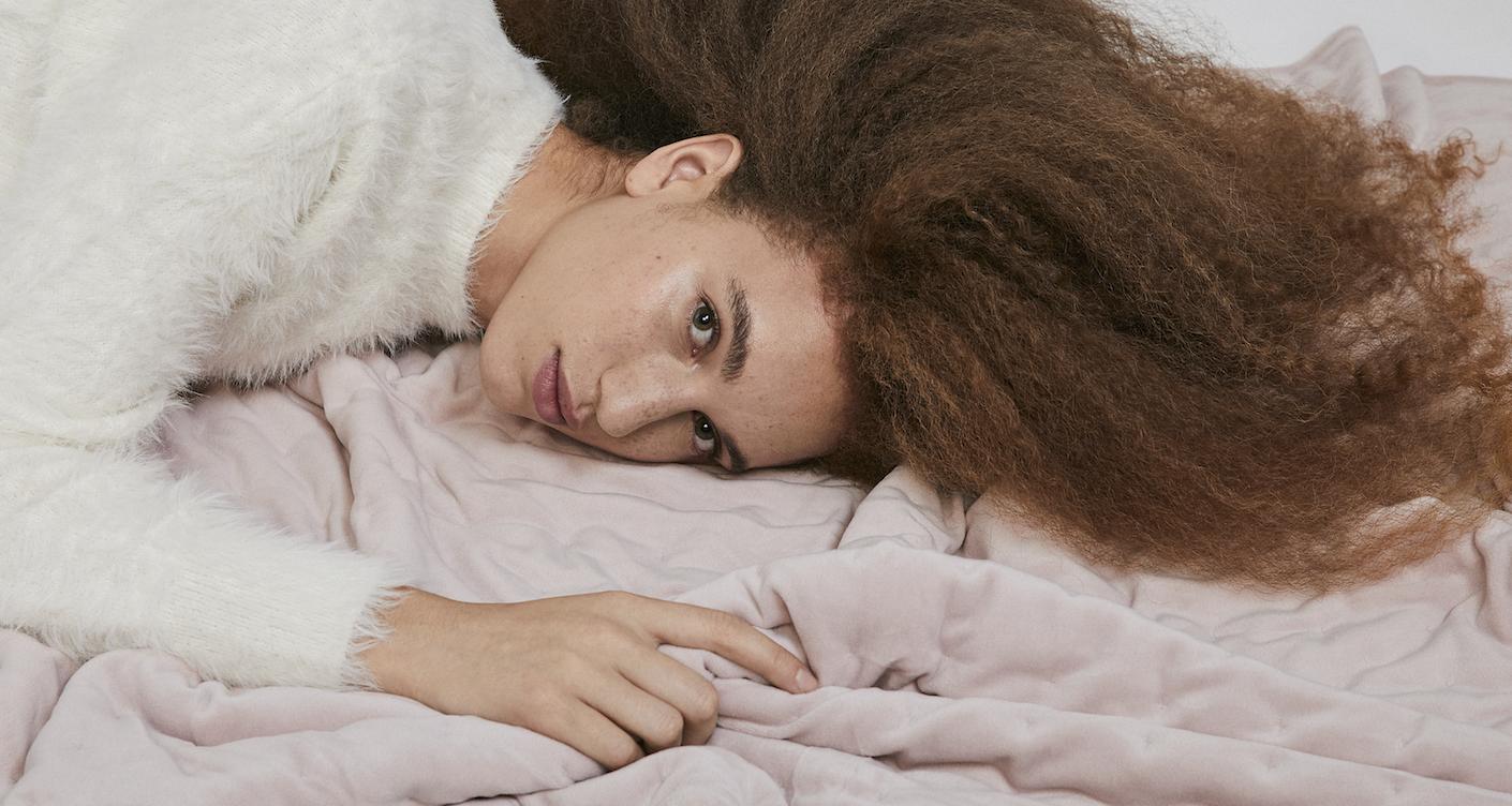 Hygge Slider Frau auf Bett