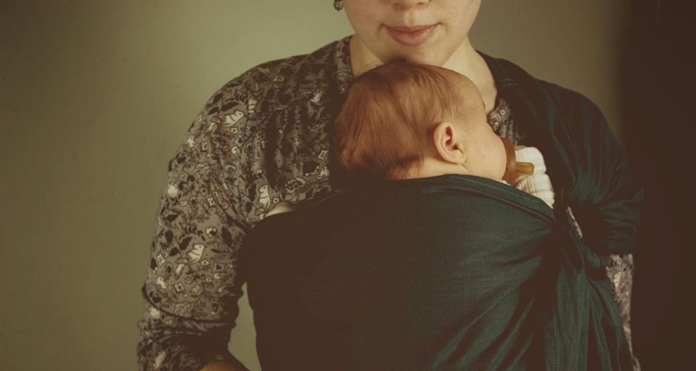 Wilhelm&Auguste Tragetücher working mum Mama trägt Baby in Tragetuch