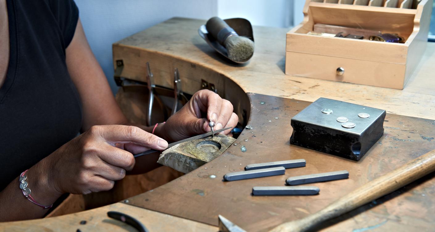 Kronjuwelen Atelier Schmuck Hamburg Schmuck Schmuckdesign Ein Ring wird geschliffen Handarbeit
