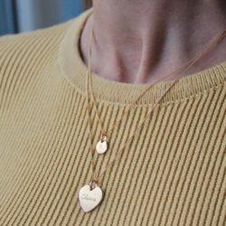 Mamaloves personalisierter Schmuck gold Frau trägt Kette
