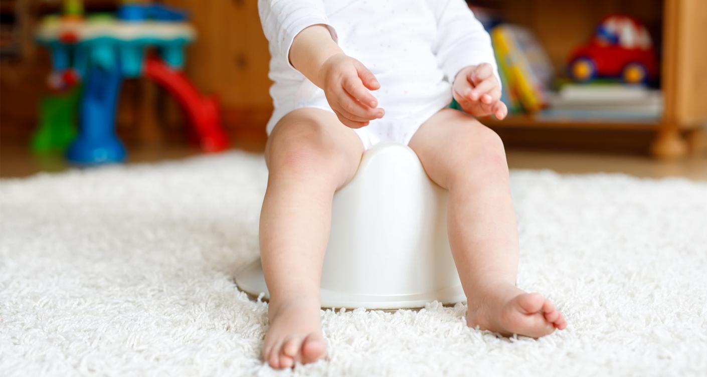 Trockenwerden Windelfrei Kleinkind sitzt auf Töpfchen Windel Kindertoilette