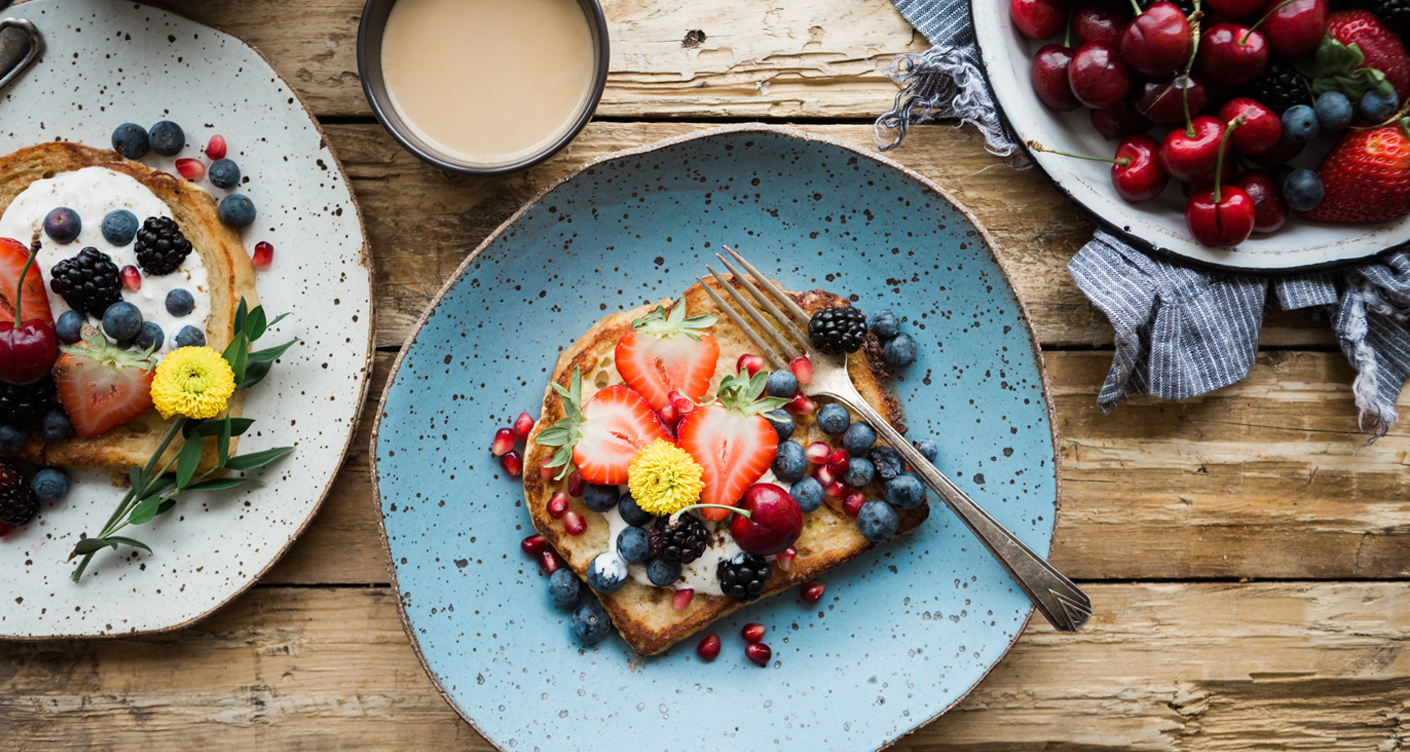 FruehstueckToast mit Obst Erdbeeren Heidelbeeren gesudnes Frühstück rezept Inspiration Guten Morgen Frühstückstisch