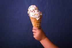 Sommer mit Baby - Babyhand mit Eis
