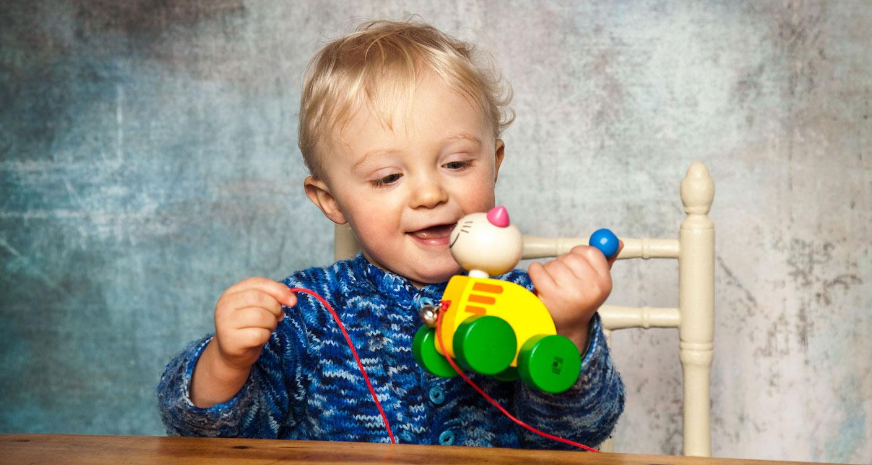 Selecta-Spielzeug-Junge-spielt-mit-Tinka-Nachzieh-Katze