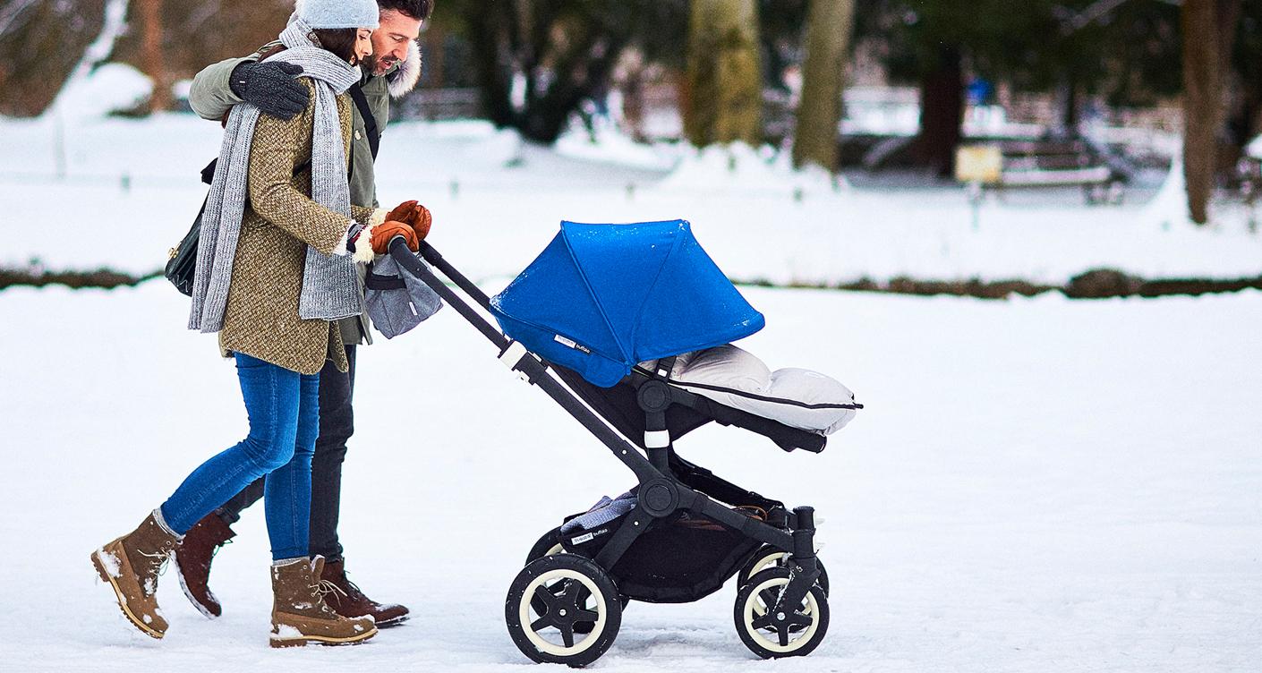 Blauer Fußsack Eltern gehen mit Kind im Winter spazieren Universalfußsack Bugaboo Kinderwagen Baby Erstausstattung Kleinkind bei jedem Wetter geschützt
