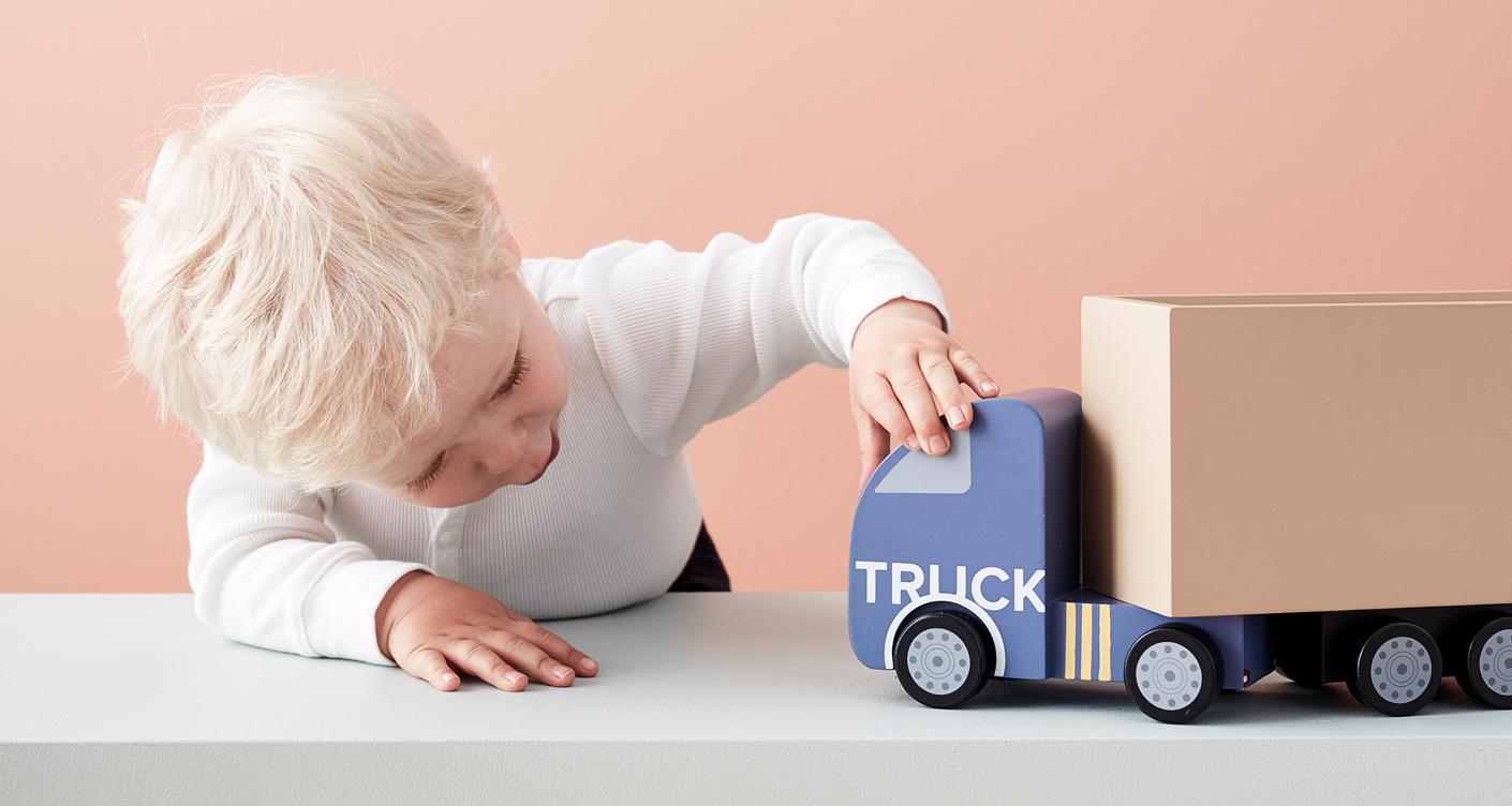 Kleinkind kleiner Junge spielt mit Auto Holzauto Spielen Holzspielzeug Aiden