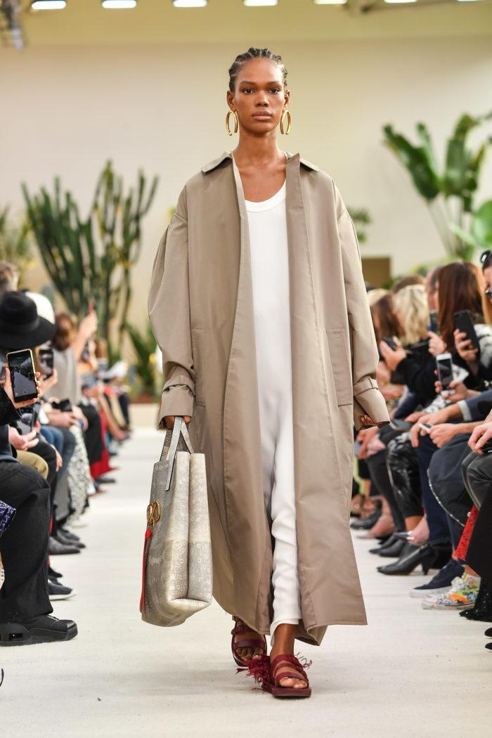Regenmantel Valentino : Runway - Paris Fashion Week Womenswear Spring/Summer 2019