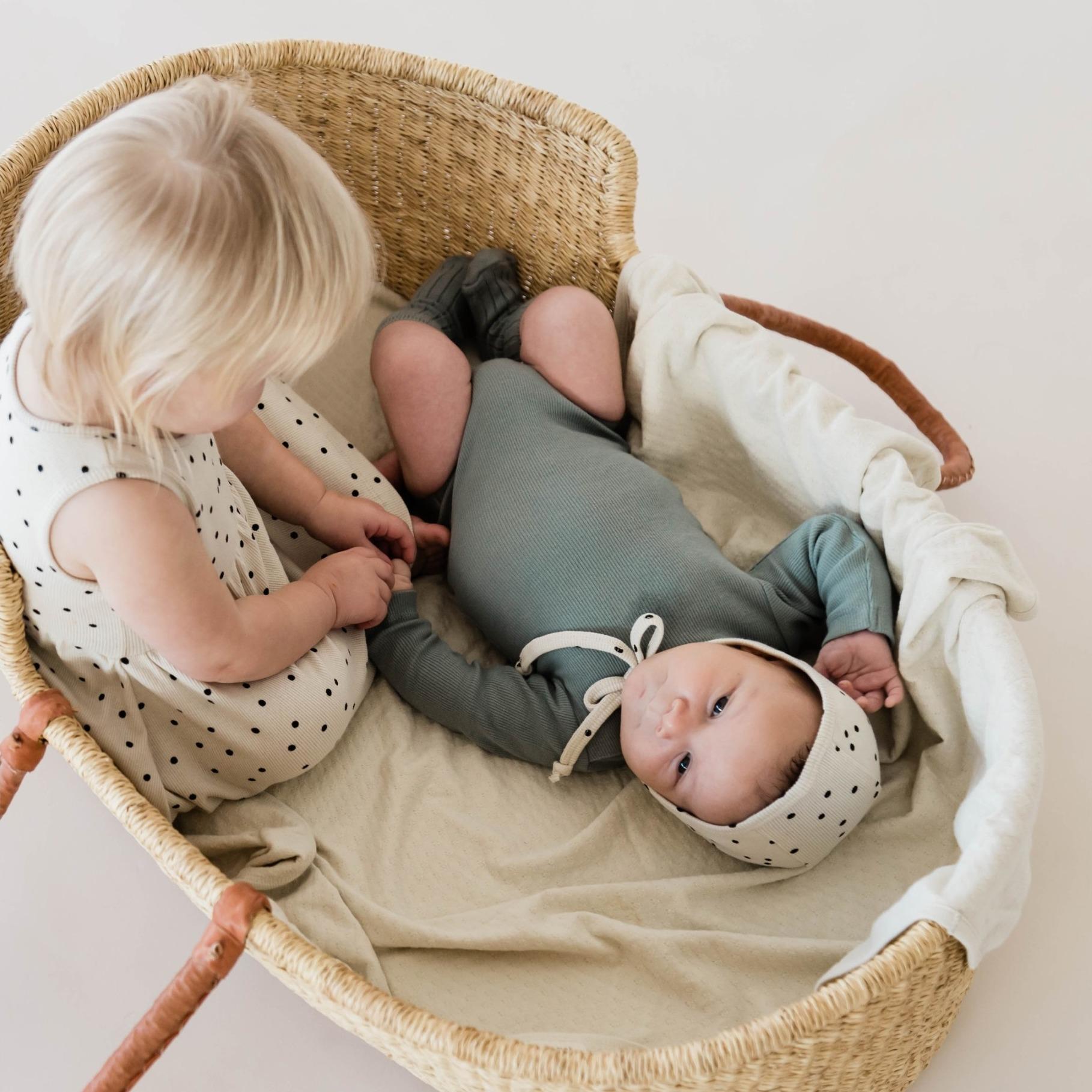 Quincy Mae zwei Babys im Bett